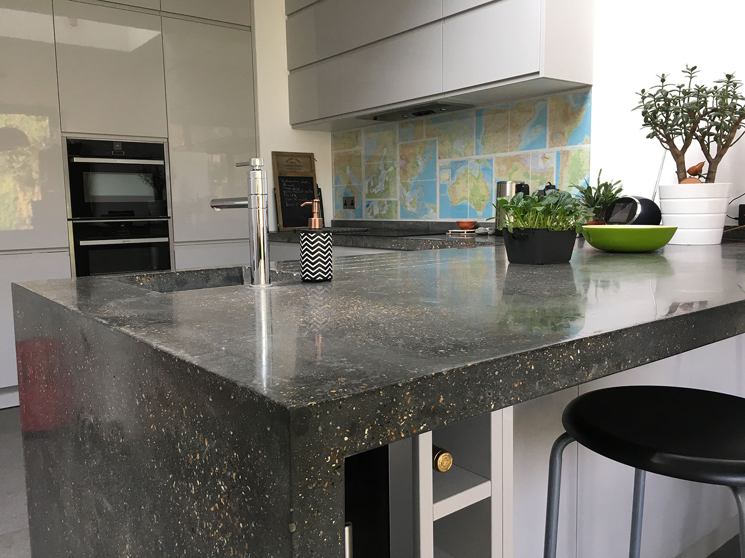 Conscious Forms - hither green giant l shaped peninsular concrete island worktop with waterfall end pigmented cast insitu concrete detail